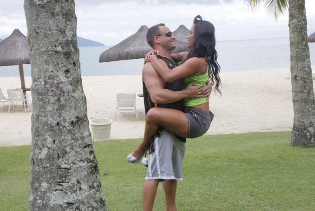Ex-BBB Kelly nos bastidores do Paparazzo com o namorado (Foto: Alexandre Campbell / Paparazzo)