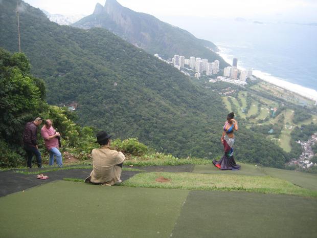 Aparecida Petrowky posa para fotos na Pedra da Gávea (Foto: Guilherme Tavares / Divulgação)