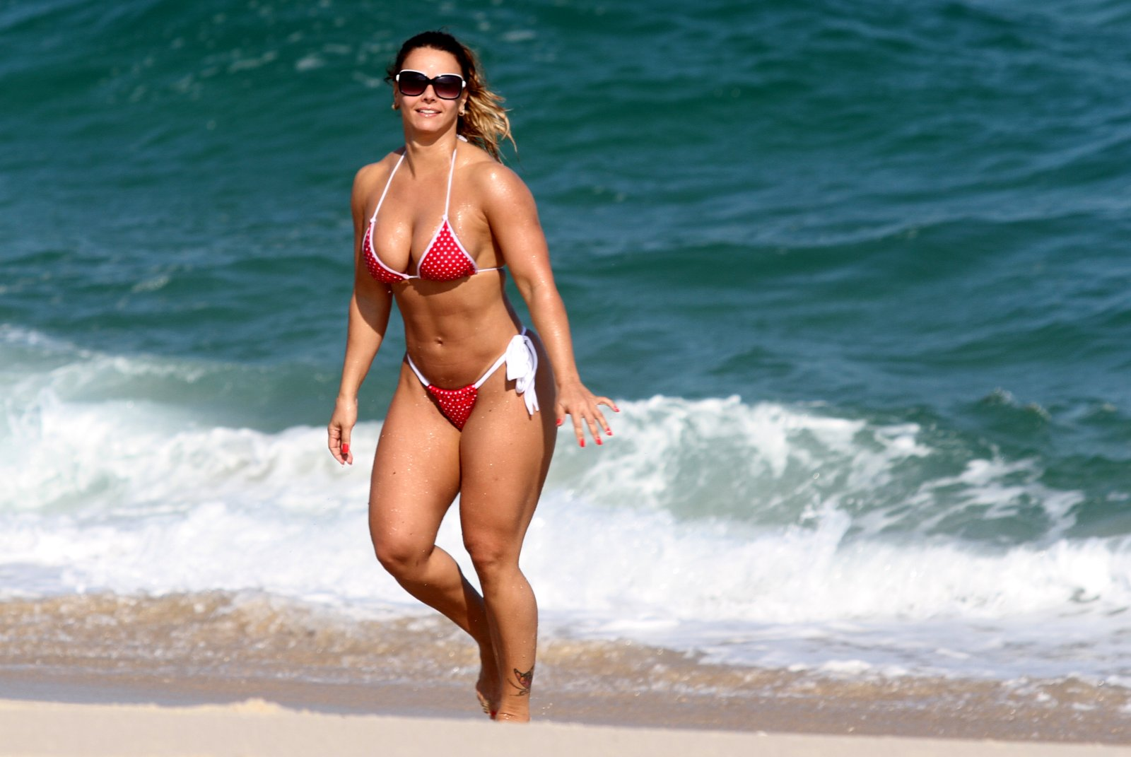 Viviane Araújo curtiu um solzinho em uma praia no Rio, nesta segunda-feira, 2.