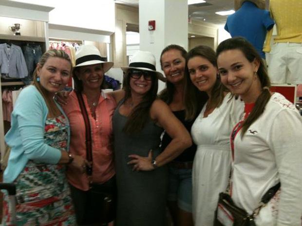 Susana Vieira posta foto com fãs em loja de roupas (Foto: Twitter / Reprodução)