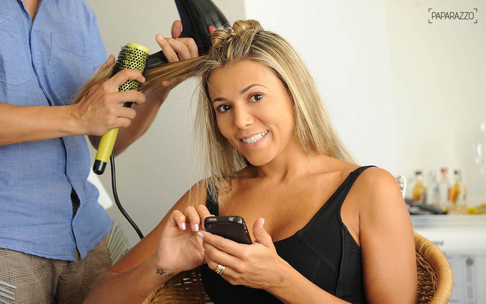Enquanto era maquiada e fazia o cabelo, a ex-BBB Fabiana tentava se acalmar se distraindo com o Twitter