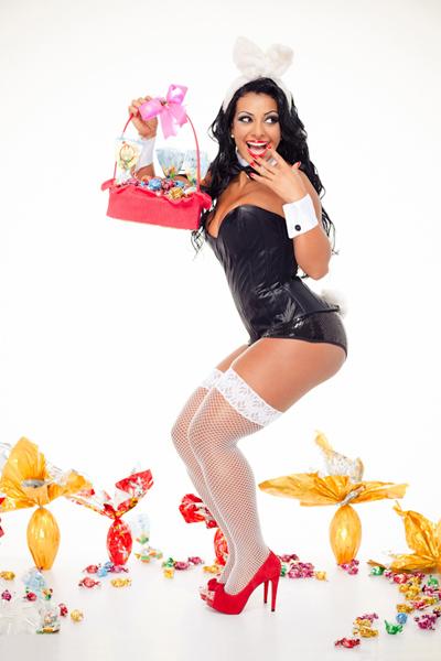 Cinthia Santos, madrinha da Águia de Ouro, posou como coelhinha sexy