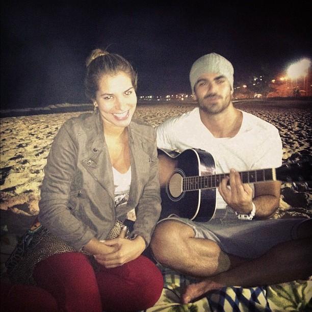 Ex-BBBs Adriana e Rodrigão em praia no Rio (Foto: Twitter/ Reprodução)