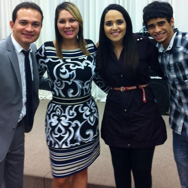 Perlla com o marido Cassio Castilhol e com amigos (Foto: Twitter/ Reprodução)