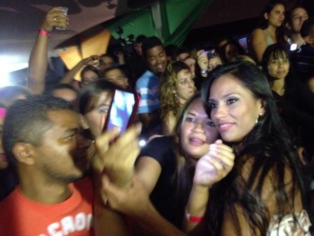 Kelly tira foto com fã em show em São Paulo (Foto: Divulgação)