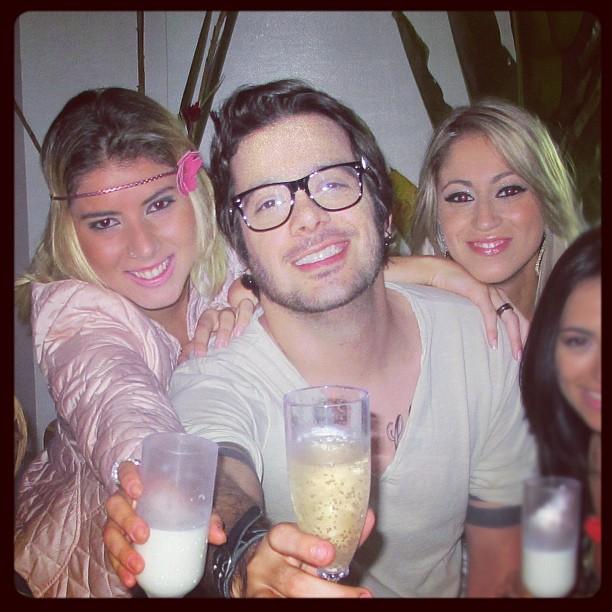 O ex-BBB Max Porto com as novas panicats Thaís Bianca e Carol 'Narizinho' (Foto: Twitter/ Reprodução)