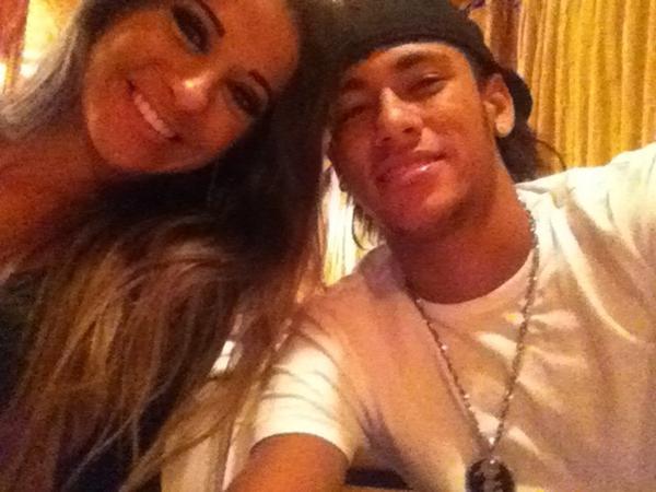 Ex-BBB Mayra Cardi e Neymar em restaurante no Rio (Foto: Twitter/ Reprodução)