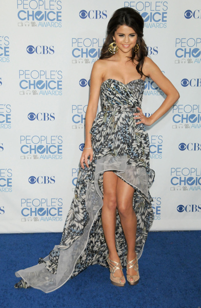 Selena Gomez usou um elegante 'mullet' estampado para participar do Peoples Choice Awards