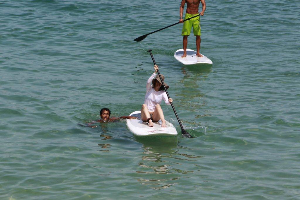 Fernanda Torres teve aula de stand-up surf