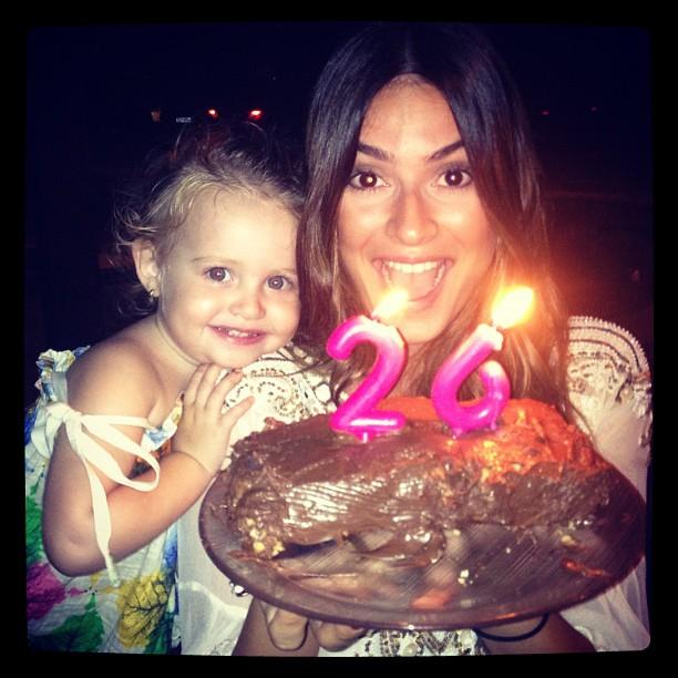 Thaila Ayala ganha bolo de Paulo Vilhena (Foto: Reprodução/Twitter)