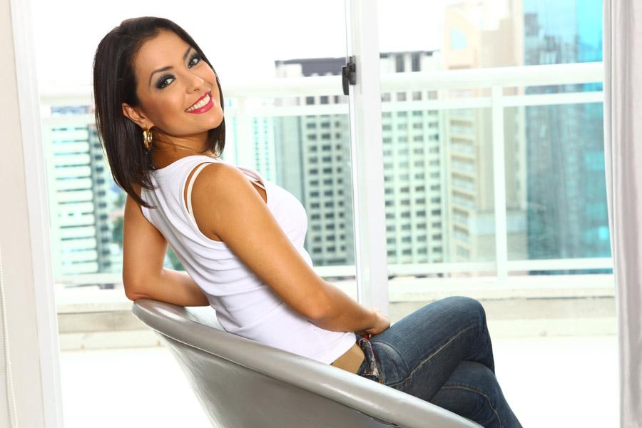 Lissah Martins, ex-integrante do grupo Rouge, está em cartaz com o musical 'Priscilla, Rainha do Deserto'