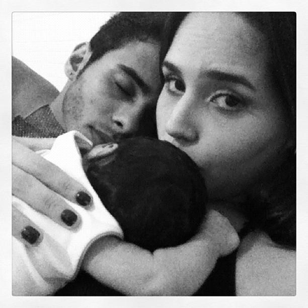 Perlla com a filha Pérola e o marido Cassio Castinhol (Foto: Twitter/ Reprodução)