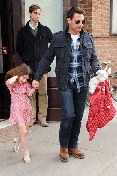 Suri Cruise se tornou um ícone de estilo.. Em passeio com o pai, Tom, ela usa vestido e saltos!
