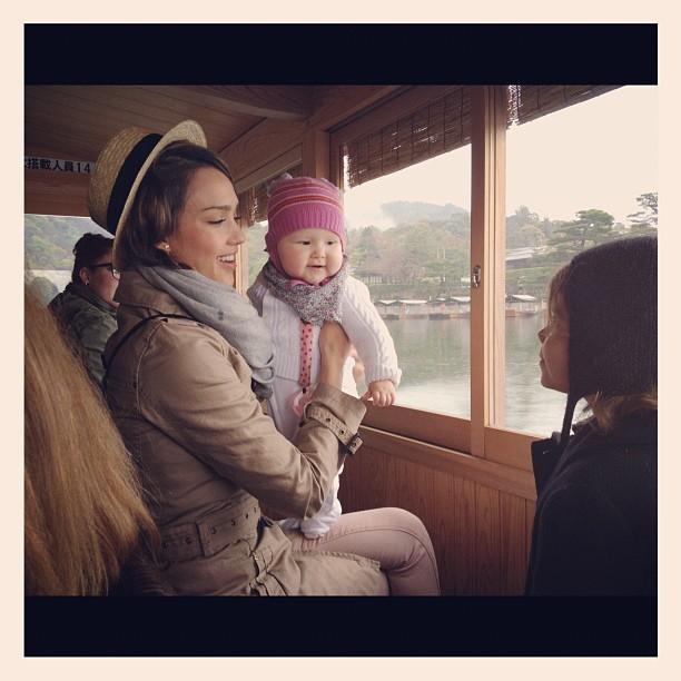 Jessica Alba com as filhas Honor e Haven no Japão (Foto: Twitter/ Reprodução)