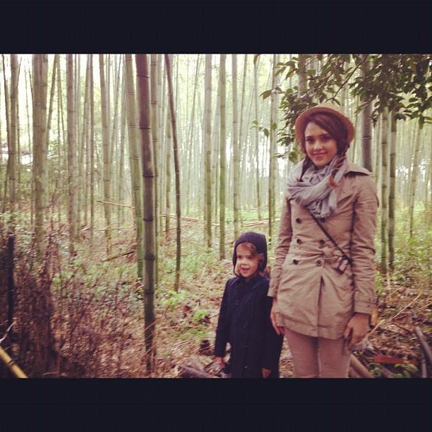 Jessica Alba com a filha Honor no Japão (Foto: Twitter/ Reprodução)