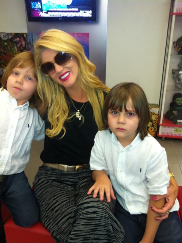 Val e os filhos gêmeos Eike e Victor (Foto: Reprodução/Twitter)