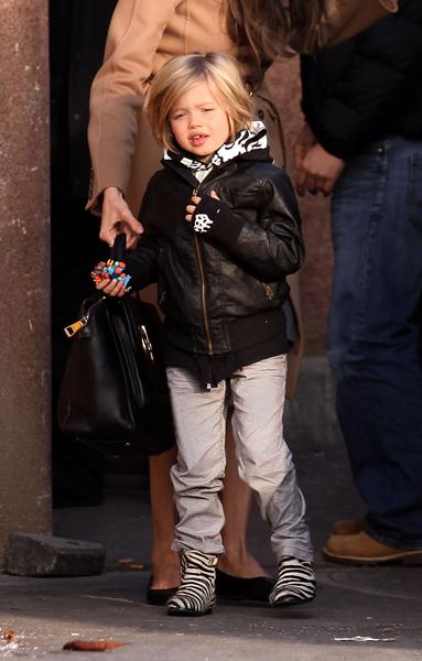 Shiloh, a filha biológica mais velha do casal Angelina Jolie e Brad Pitt: botinhas zebradas e casaquinho de couro preto