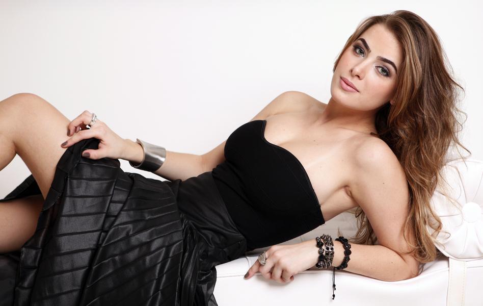 Rayanne Morais, que está com Latino há um ano, foi pedida em casamento pelo cantor após um mês de namoro