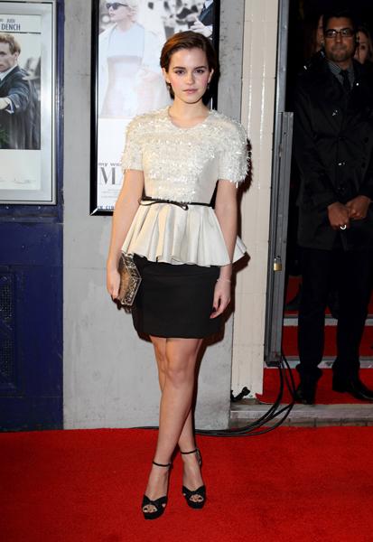 Emma Watson marcou ainda mais a cintura com um cintinho fino