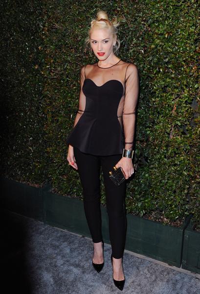 A roqueira Gwen Stefani combinou o peplum com legging. Ela pode!