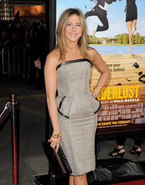 O peplum de Jennifer Aniston acabou aumentando o volume na barriga e levantando suspeitas de gravidez