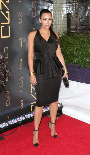 Kim Kardashian mostra que mesmo as mulheres de quadril largo podem usar o babado na cintura
