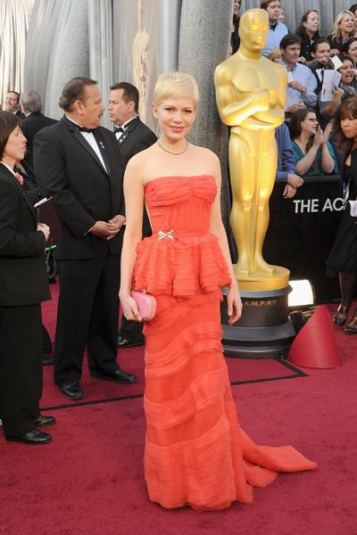 Michelle Williams uosu o peplum em seu modelo excluvissímo da Louis Vuitton para o tapete vermelho do Oscar