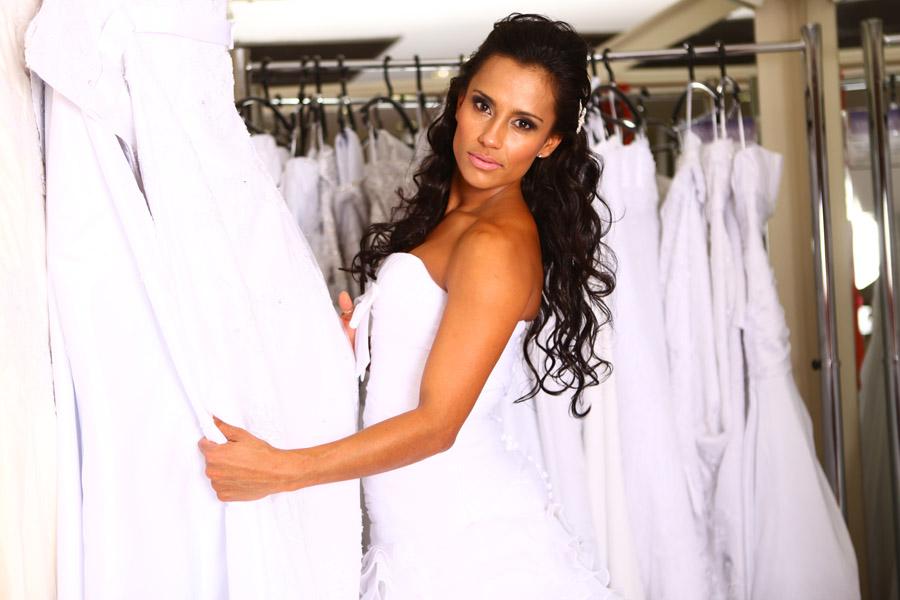 A ex-BBB Kelly elege os seus modelos preferidos em meio às opções do Espaço São Caetano Noivas, em São Paulo