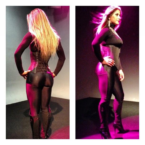 Mayra Cardi grava vinheta de novo programa com roupa justinha (Foto: Twitter/Reprodução)