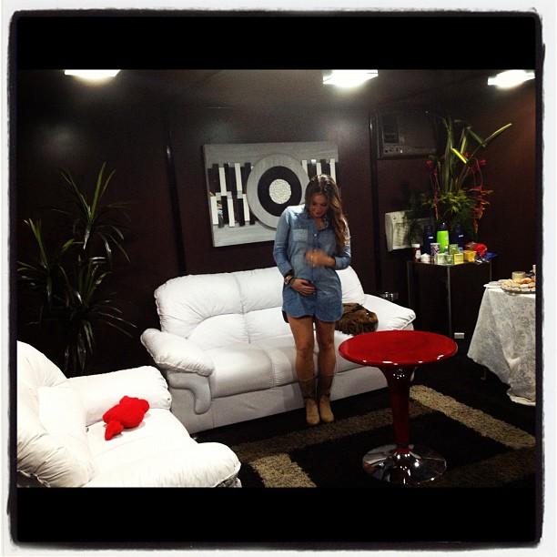 Claudia Leitte no camarim de show em Serra Talhada, Pernambuco (Foto: Twitter/ Reprodução)