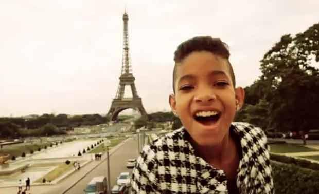 Willow Smith grava clipe na França (Foto: Reprodução/YouTube)