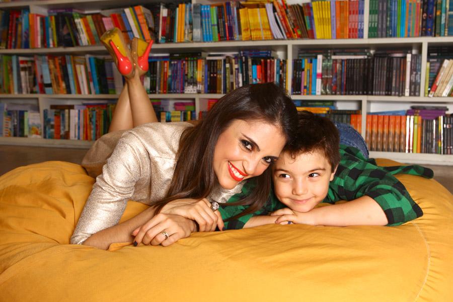 Chris Flores posa com o filho, Gabriel, na Livraria da Vila, em São Paulo