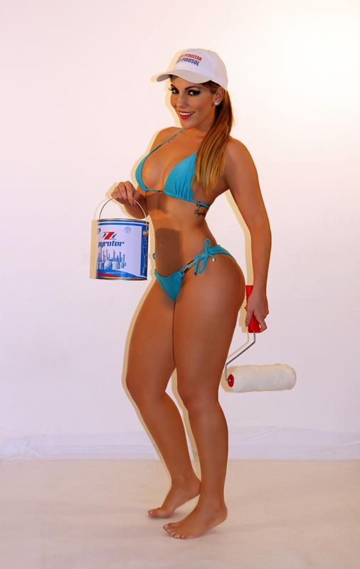 Ex-BBB Anamara posa com tintas para campanha (Foto: Thiago Mello / Ivo C. Jr - Divulgação)