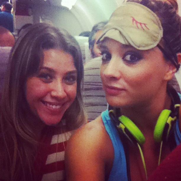 Juju Salimeni usa venda e fone de ouvido para dormir em avião (Foto: Twitter/Reprodução)