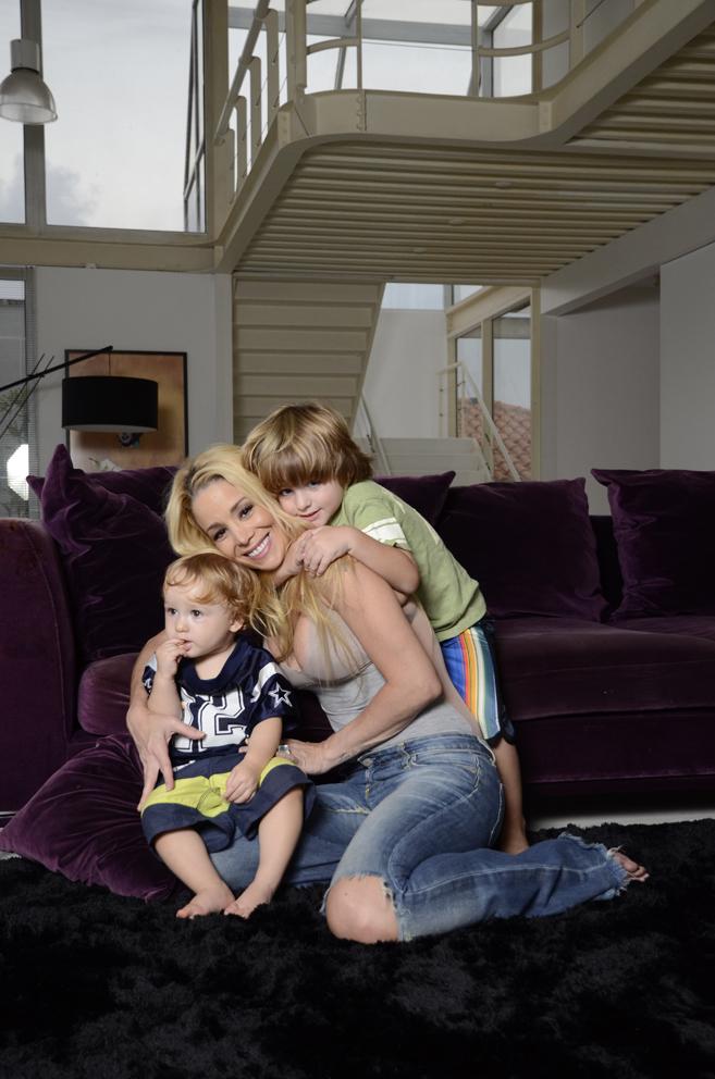 Danielle Winits e filhos (Foto: Orestes Locatel/Ag.Istoé)