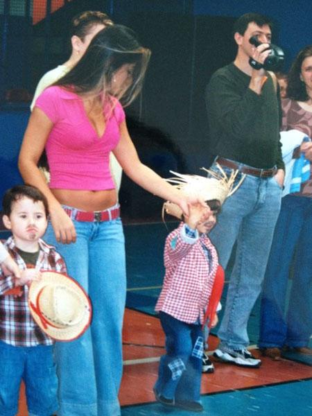 Mayra Cardi e Lucas brincando em festa junina