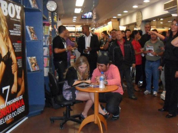 Ex-BBB Renata autografa 'Playboy' em Belo horizonte, Minas Gerais (Foto: Divulgação)