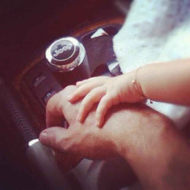 Marrone e a mãozinha da filha (Foto: Twitter / Reprodução)