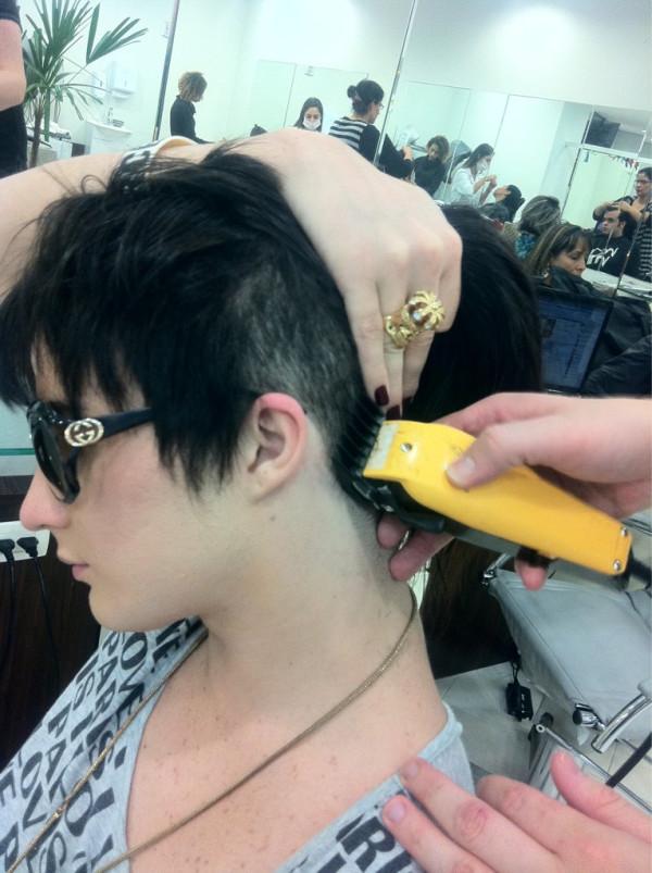 Ex-BBB Serginho raspa parte do cabelo (Foto: Reprodução / Twitter)