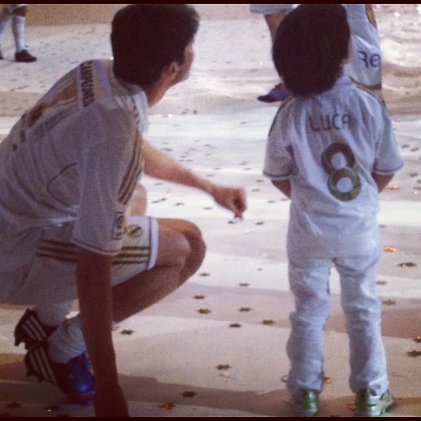 Kaká com o filho Luca (Foto: Twitter)