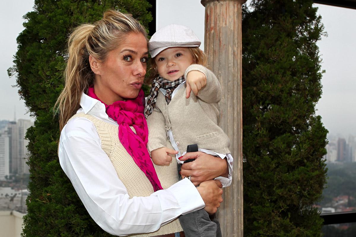 O pequeno Vittorio, filho de Adriane Galisteu com Alexandre Iódice, vem atraindo atenções com seus modelitos estilosos. O look acima foi escolhido para o dia das mães. Não é fofo?