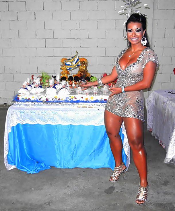 Madrinha Da   Guia De Ouro Festeja Anivers  Rio Da Escola Paulistana
