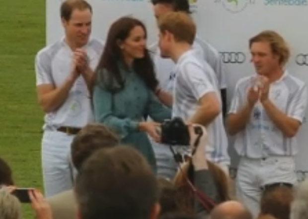 Kate Middleton entrega troféu ao cunhado, o príncipe Harry (Foto: Reprodução)