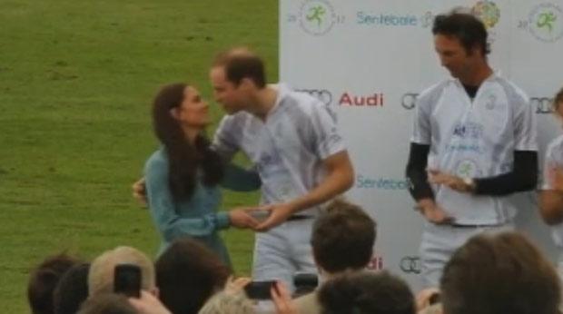 Kate Middleton entrega troféu ao marido, o príncipe William (Foto: Reprodução)