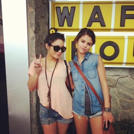 Vanessa Hudgens e Selena Gomez (Foto: Twitter/Reprodução)