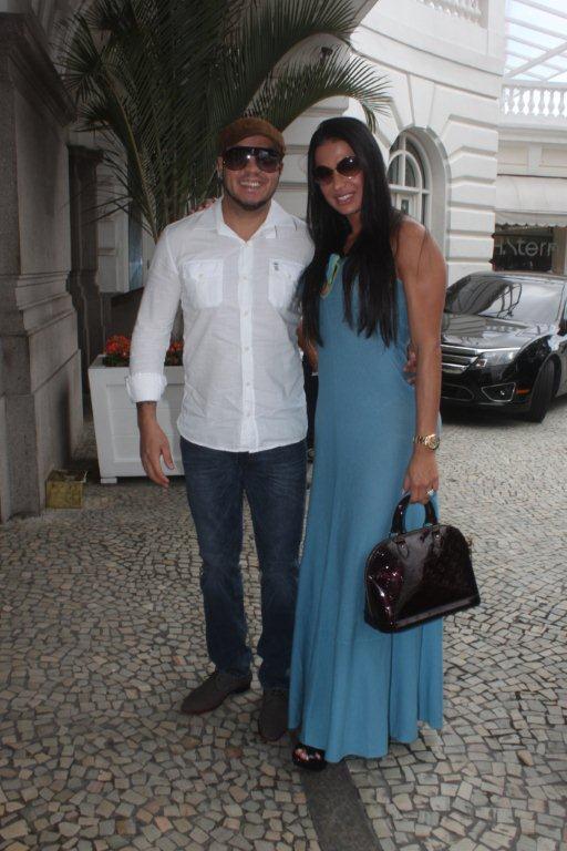 Belo e Gracyanne Barbosa chegam ao Hotel Copacabana Palace, na Zona Sul do Rio, na tarde desta sexta-feira, 18