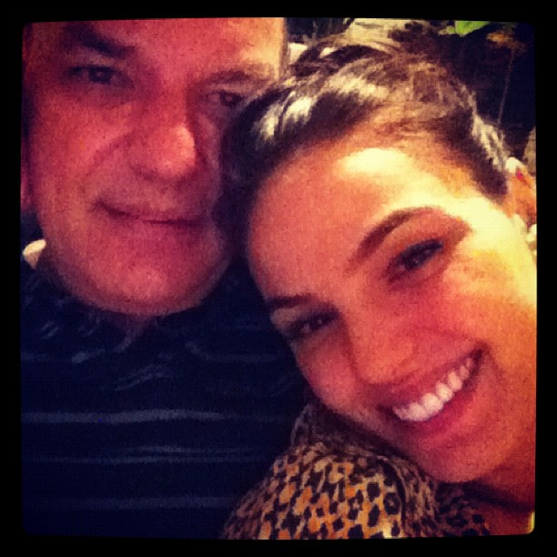 Isis Valverde e o pai (Foto: Reprodução/Twitter)