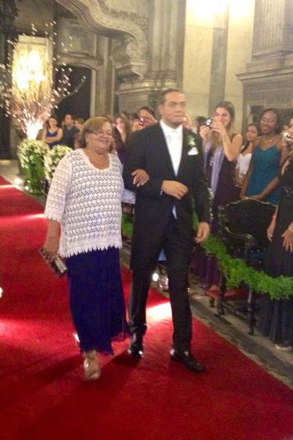 Belo entra na igreja com a mãe (Foto: Reprodução/Twitter)