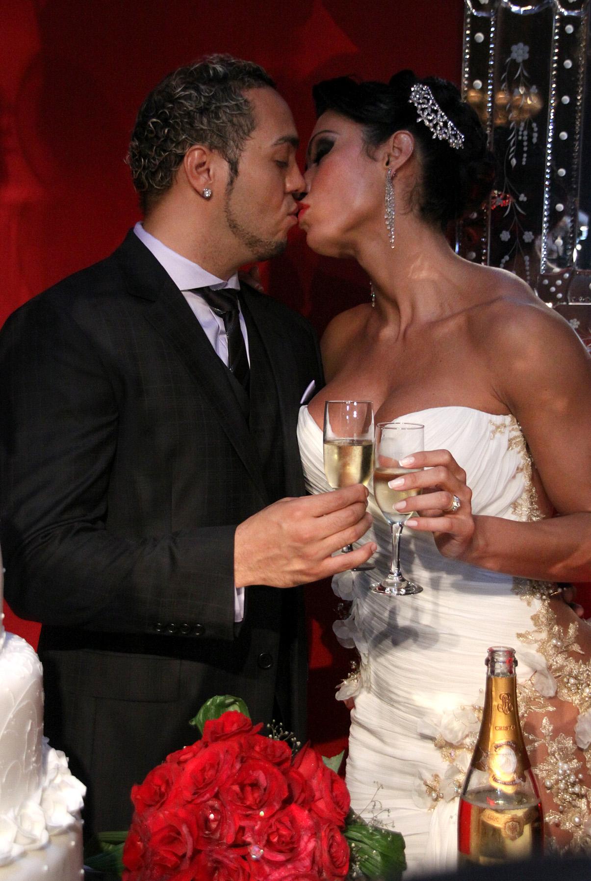 O beijo dos noivos na festa