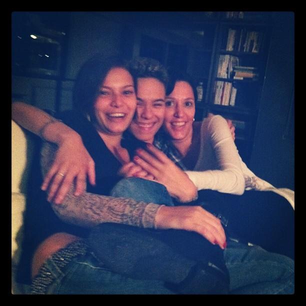 Milena Toscano e Maria Gadú com uma amiga em Nova York, nos Estados Unidos (Foto: Twitter/ Reprodução)